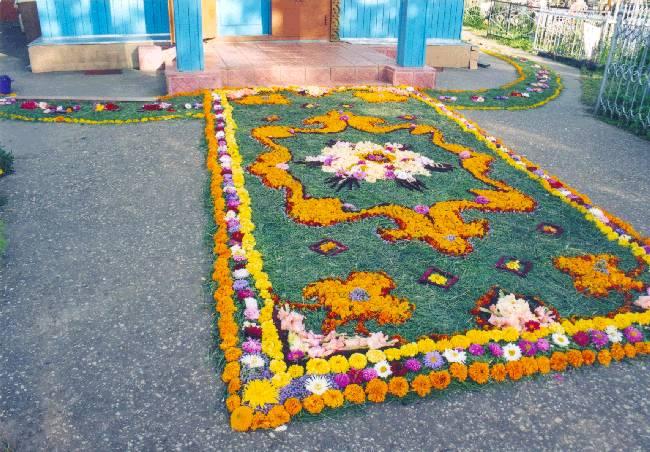 Цветы на клумбе в детском саду